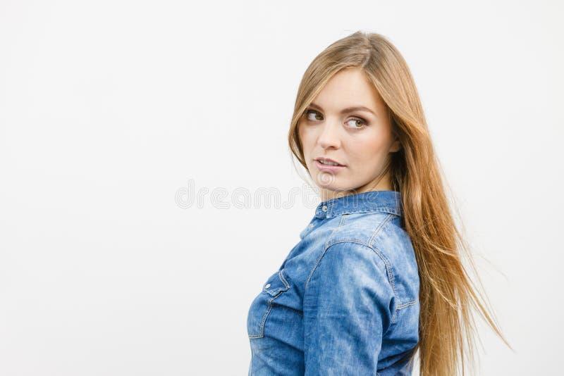 H?rlig modell som poserar i studion fotografering för bildbyråer