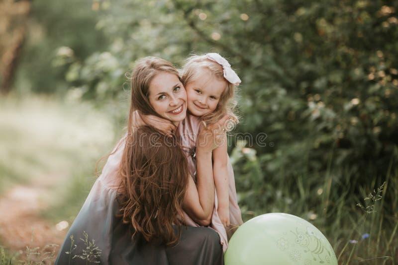 H?rlig moder och hennes lilla dotter utomhus Natur Utomhus- st?ende av den lyckliga familjen Lycklig gl?dje f?r dag f?r moder` s arkivfoto