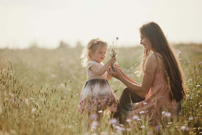 H?rlig moder och hennes lilla dotter utomhus Natur Utomhus- st?ende av den lyckliga familjen Lycklig gl?dje f?r dag f?r moder` s royaltyfria foton