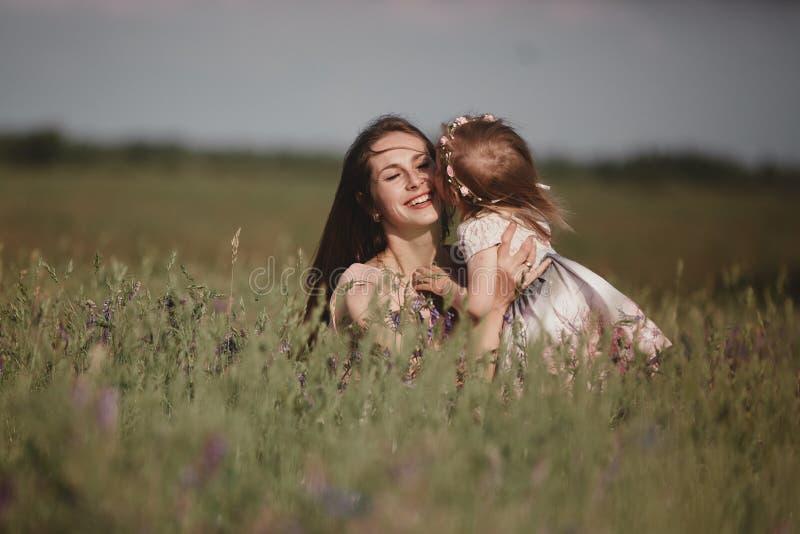 H?rlig moder och hennes lilla dotter utomhus Natur Utomhus- st?ende av den lyckliga familjen Lycklig gl?dje f?r dag f?r moder` s royaltyfria bilder