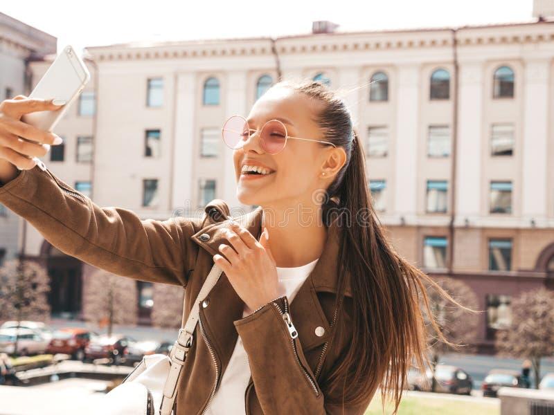 H?rlig moderiktig flicka som poserar i gatan fotografering för bildbyråer