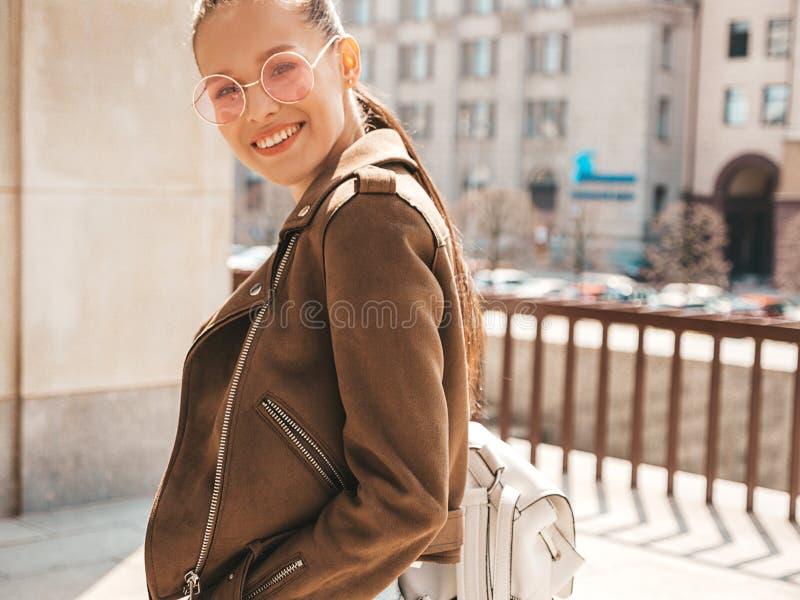 H?rlig moderiktig flicka som poserar i gatan royaltyfri fotografi