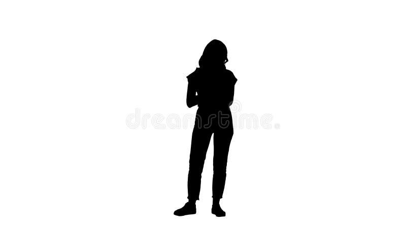 H?rlig modern kvinna f?r kontur som anv?nder den digitala minnestavlan arkivfoto