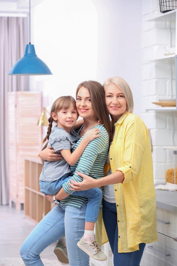 H?rlig mogen kvinna med dottern och barnbarnet arkivfoton