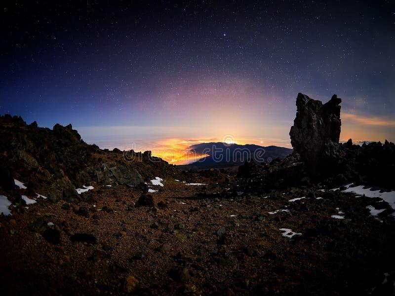 H?rlig nattsikt med stj?rnor fr?n den Altavista fristaden, Teide vulkan, Tenerife, Spanien arkivbild
