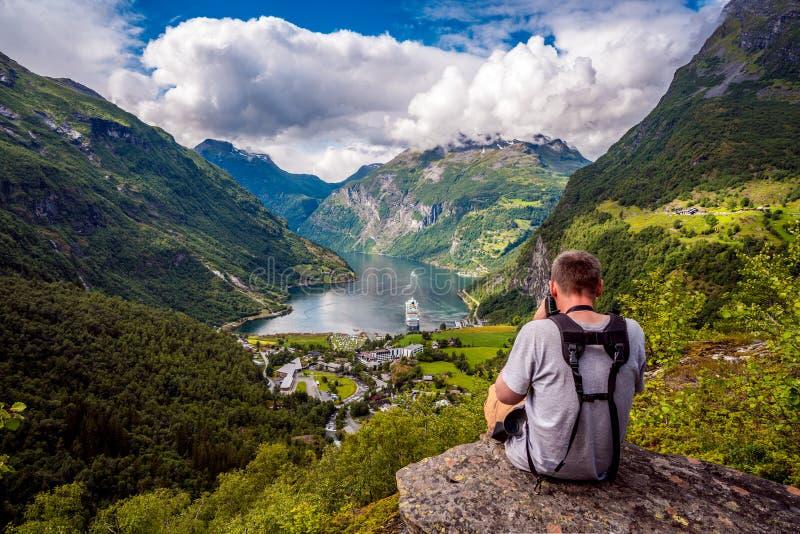 H?rlig natur Norge f?r Geiranger fjord royaltyfri bild