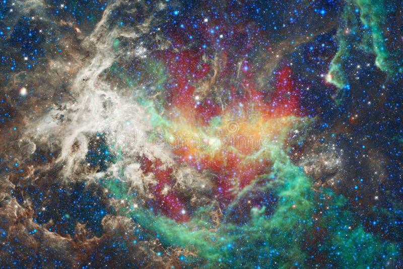 H?rlig nebulosa och ljusa stj?rnor i yttre rymd, gl?dande mystiskt universum arkivbilder