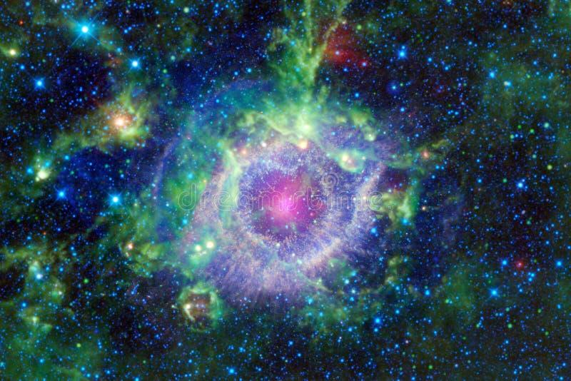 H?rlig nebulosa och ljusa stj?rnor i yttre rymd, gl?dande mystiskt universum royaltyfri bild