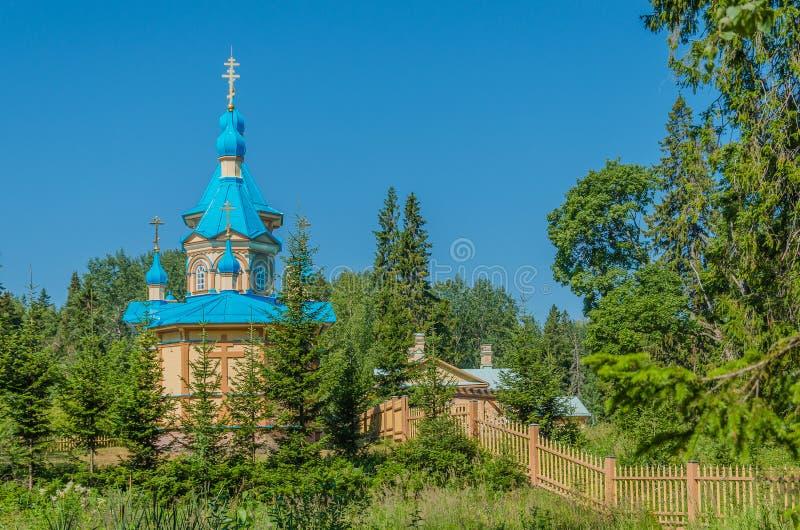 H?rlig ortodox kyrka p? en klar solig dag p? den Valaam ?n Gethsemane Skete Kyrka i namnet av antagandet av royaltyfri foto