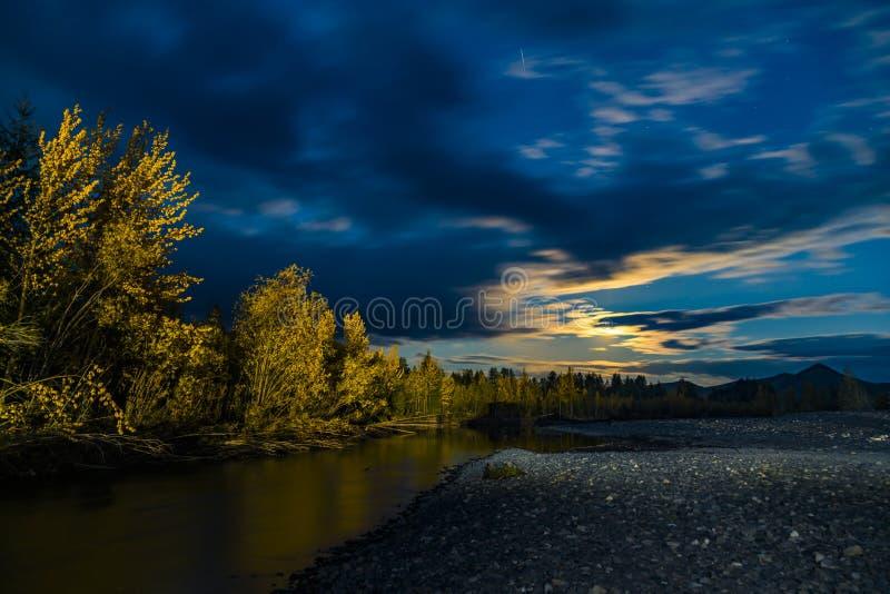 H?rlig panoramautsikt p? sj?n och skog p? natten arkivbild