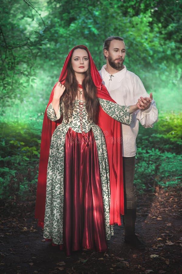 H?rlig parman och kvinna i medeltida dr?kt arkivbilder