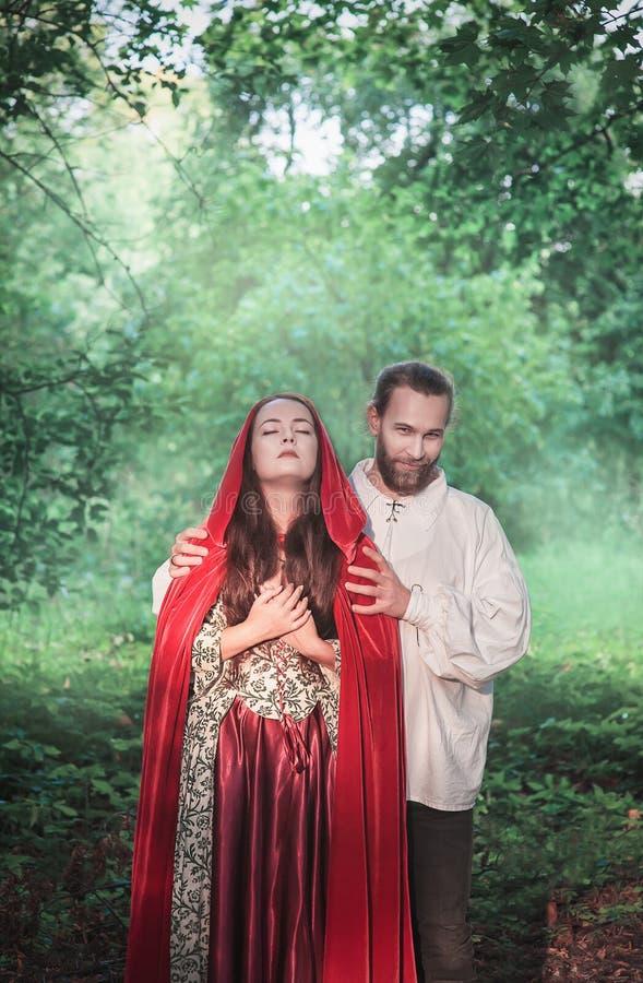 H?rlig parman och kvinna i medeltida dr?kt royaltyfri fotografi