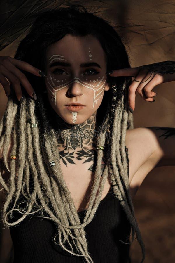 H?rlig sexig kvinna i svart underkl?der Kroppen täckas med många tatueringar Dreadlocks på huvudet Posera mot royaltyfria bilder