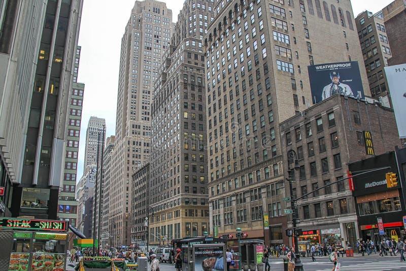 H?rlig sikt av Broadway horisont p? aftontid H?rliga landskapbakgrunder New York USA arkivfoton