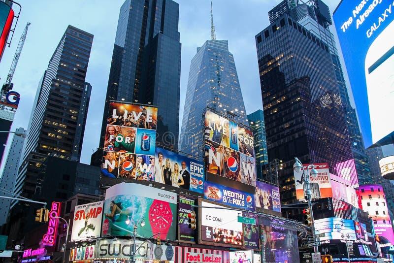 H?rlig sikt av Broadway horisont p? aftontid H?rliga landskapbakgrunder New York USA arkivbilder