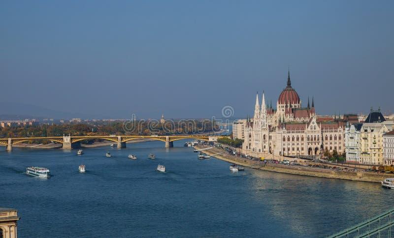 H?rlig sikt av den ungerska parlamentet i Budapest, Ungern royaltyfria foton