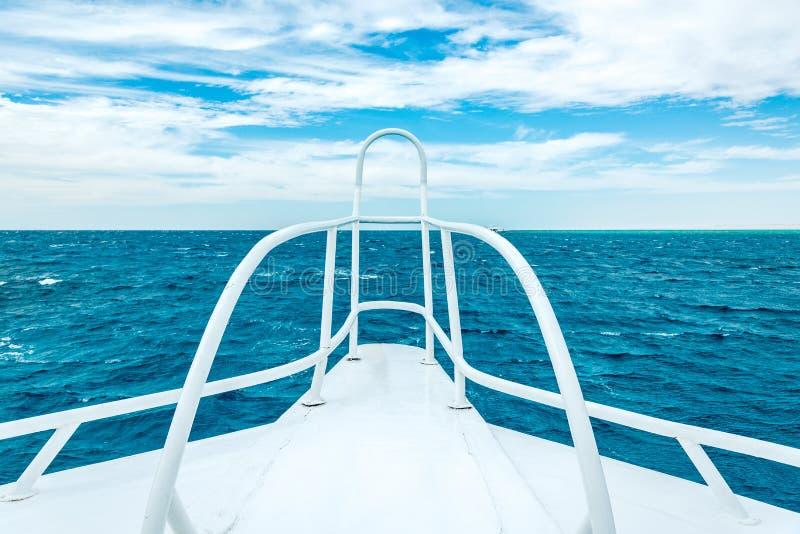 H?rlig sikt av det bl?a havet fr?n det vita skeppet Horisontal inrama arkivfoto