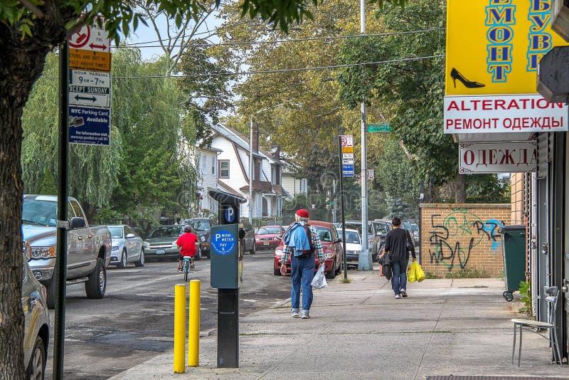 H?rlig sikt av gatan i den Brighton Beach grannskapen Biltrafik och folkbegrepp New York USA arkivbild