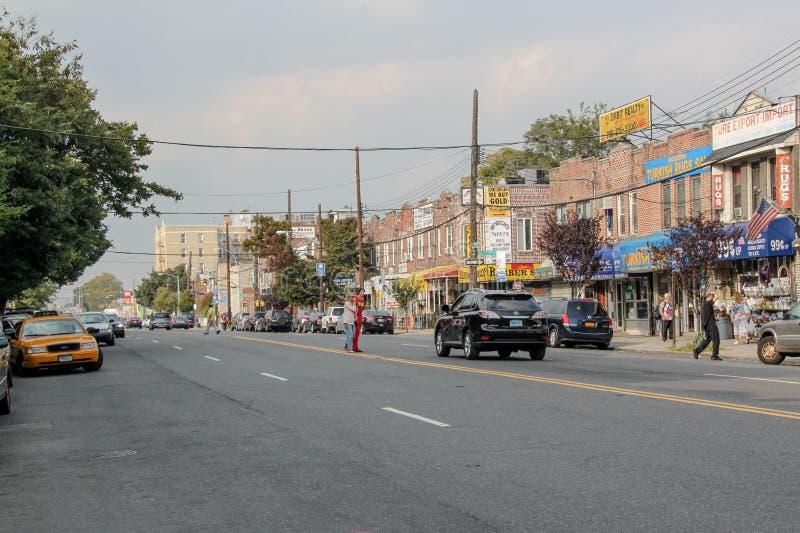 H?rlig sikt av gatan i den Brighton Beach grannskapen Biltrafik och folkbegrepp New York USA arkivbilder