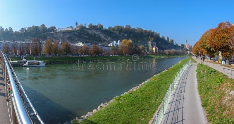 H?rlig sikt av Salzburg med Festung Hohensalzburg royaltyfri bild