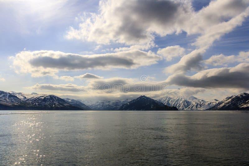 H?rlig sikt av vulkan Vilyuchinsky halv? fr?n f?r havet, Kamchatka, Ryssland royaltyfria foton