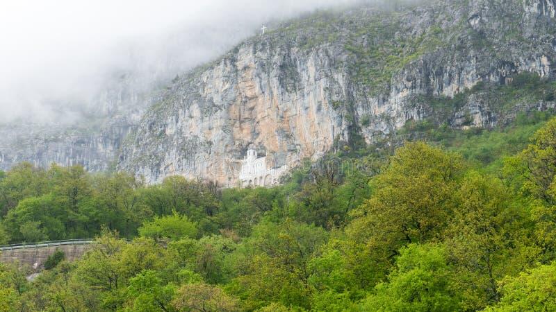 H?rlig sikt f?r Ostrog kloster Det mest heliga st?llet i Montenegro Den ortodoxa kloster inom vaggar berget royaltyfri fotografi