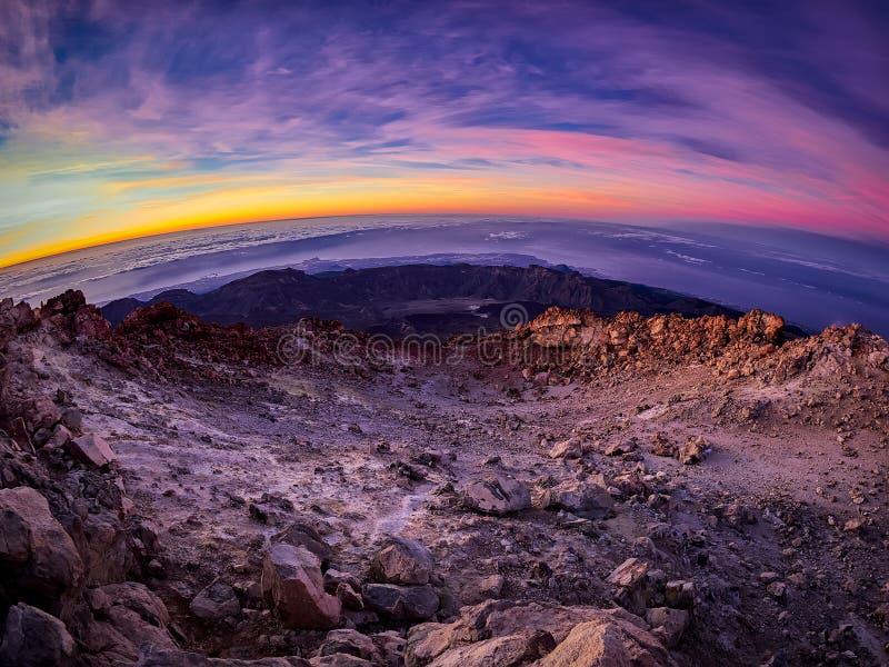 H?rlig sikt uppifr?n av det Teide vulkanmaximumet, Pico del Teide, med turister p? soluppg?ng i Tenerife, Spanien fotografering för bildbyråer