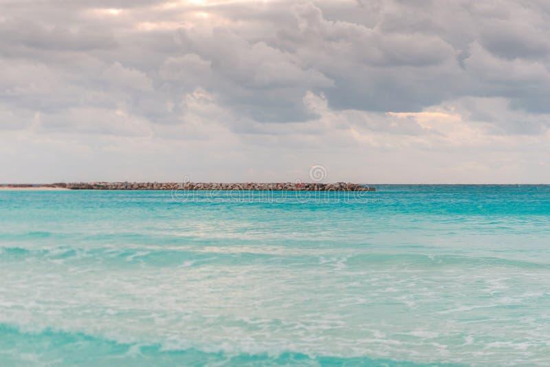 h?rlig skysolnedg?ng Strand och solnedg?nghimmel Skymninghav och himmel tropiskt skymninghav arkivbilder