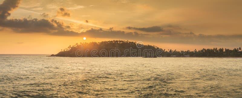 H?rlig solnedg?ng ?ver den tropiska stranden, Sri Lanka arkivfoto