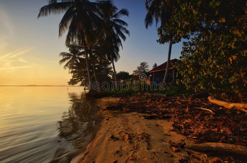 H?rlig soluppg?ng p? den jubakar stranden, tumpat kelantan Malaysia royaltyfria bilder