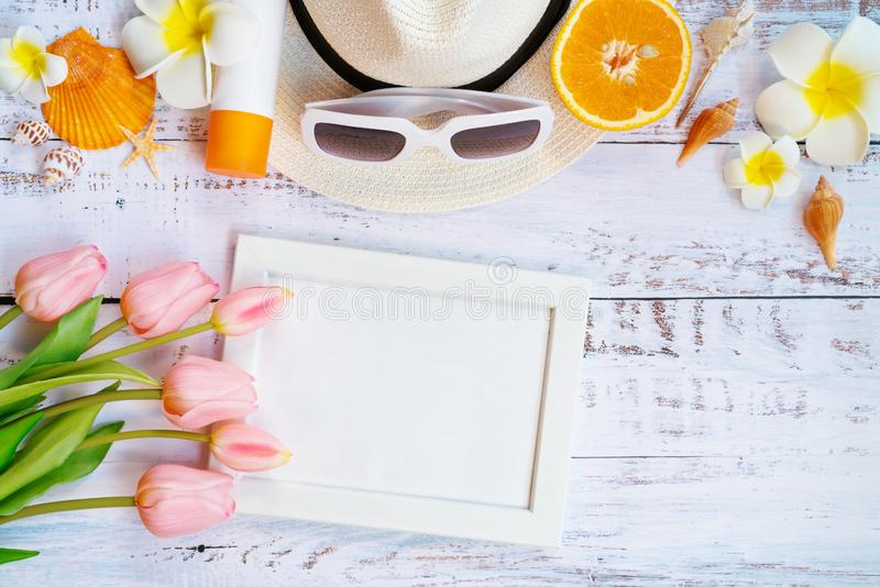 H?rlig sommarferie, strandtillbeh?r, apelsin, solglas?gon, hatt och skal p? tr?bakgrunder royaltyfri fotografi