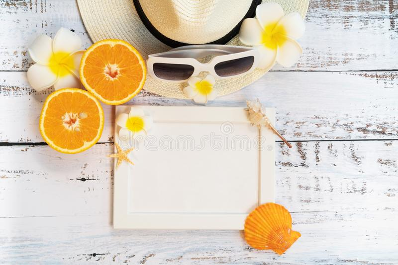 H?rlig sommarferie, strandtillbeh?r, apelsin, solglas?gon, hatt och skal p? tr?bakgrunder fotografering för bildbyråer