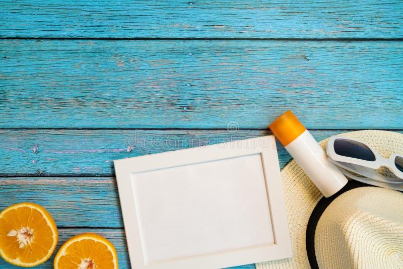 H?rlig sommarferie, strandtillbeh?r, apelsin, solglas?gon, hatt och sunblock p? tr?bakgrunder arkivfoton