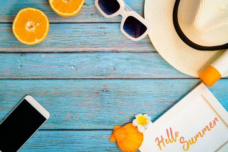 H?rlig sommarferie, strandtillbeh?r, apelsin, solglas?gon, hatt, sunblock och smartphone p? tr?bakgrunder arkivfoto
