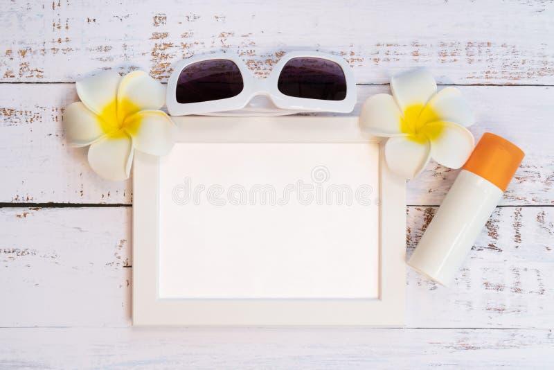 H?rlig sommarferie, strandtillbeh?r, fotoram, solglas?gon, blomma och sunblock p? tr?bakgrunder arkivfoto