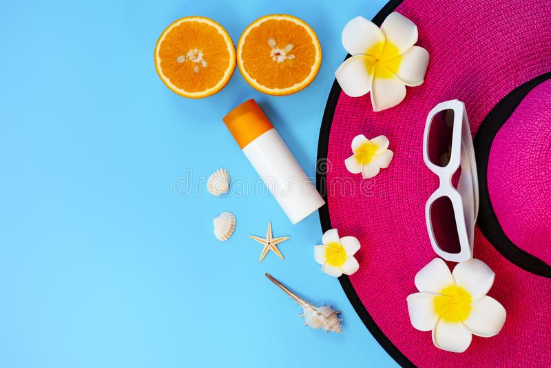 H?rlig sommarferie, strandtillbeh?r, solglas?gon, hatt, apelsin, sunblock och skal p? bl?a bakgrunder royaltyfri bild