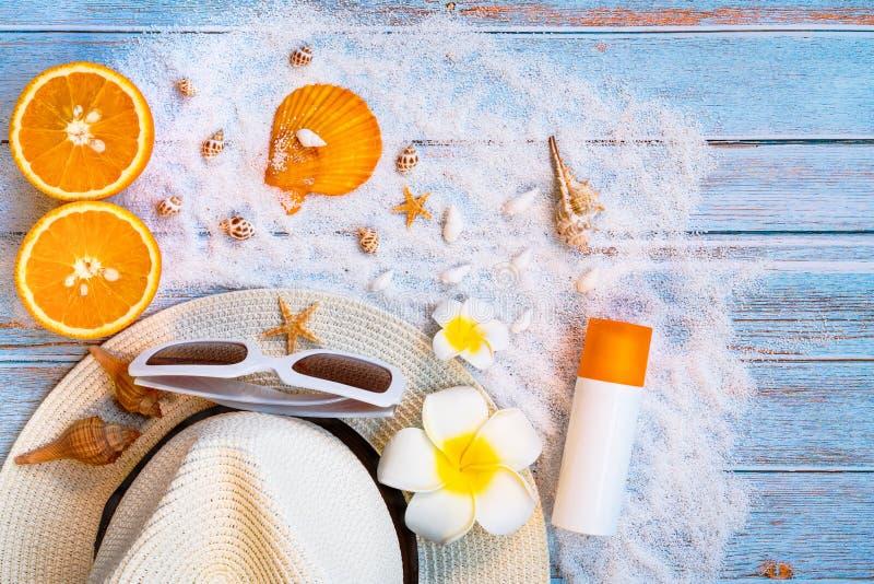 H?rlig sommarferie, strandtillbeh?r, solglas?gon, hatt och skal p? tr?bakgrunder royaltyfri foto