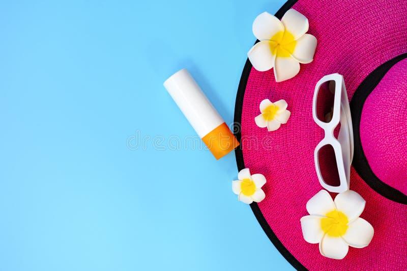 H?rlig sommarferie, strandtillbeh?r, solglas?gon, hatt och sunblock p? bl?a bakgrunder royaltyfria foton