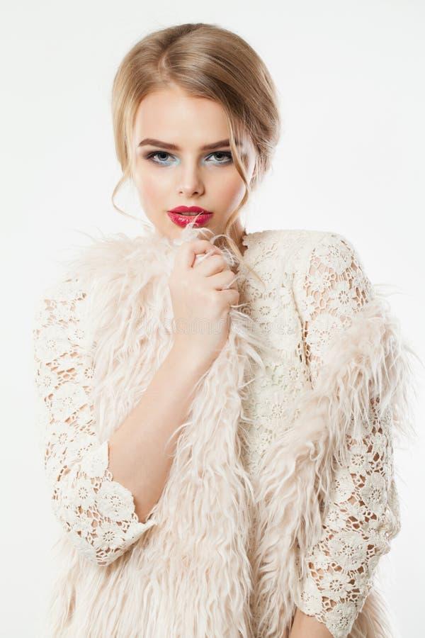 h?rlig st?endekvinna Nätt modell med makeup och bullefrisyren arkivfoto