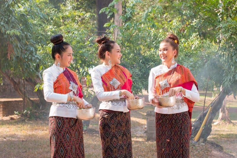 H?rlig thail?ndsk flicka i thail?ndsk dr?kt royaltyfri fotografi