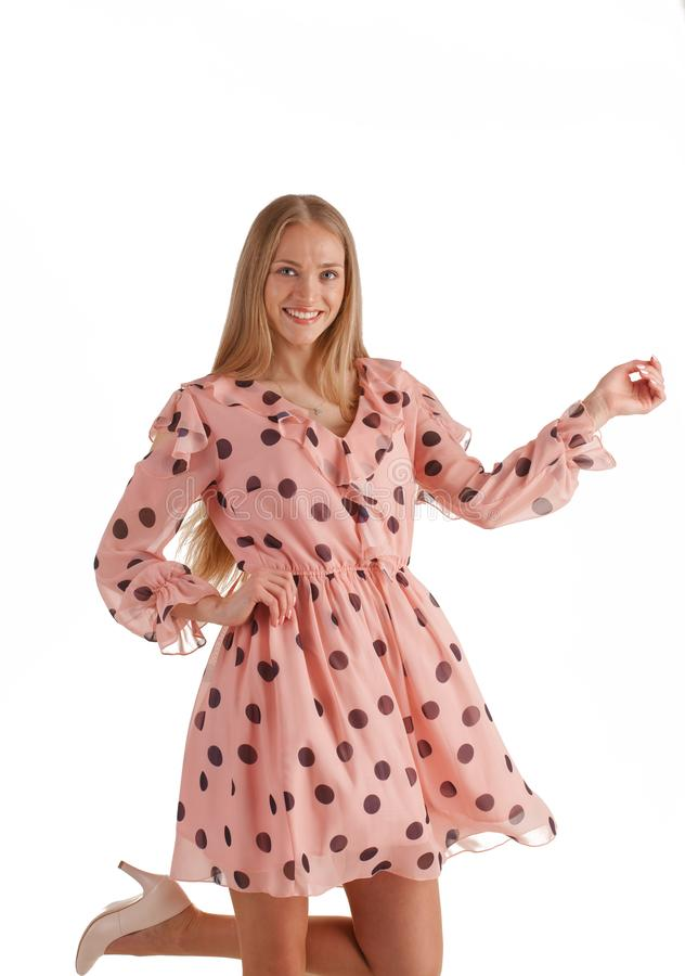H?rlig ung blond kvinna i den rosa kl?nningen som isoleras p? vit bakgrund fotografering för bildbyråer
