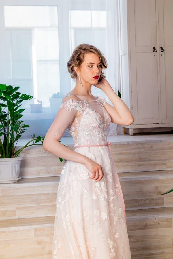 H?rlig ung flicka i en frodig elegant kl?nning i studion royaltyfria foton