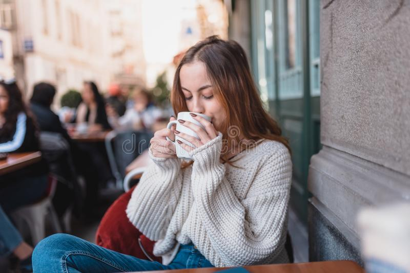 H?rlig ung flicka i utomhus- kaf?drinkkaffe arkivbild