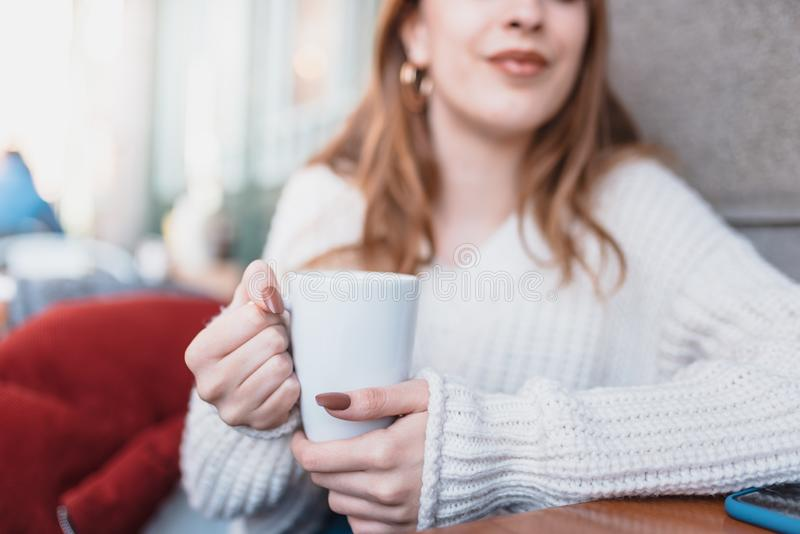 H?rlig ung flicka i utomhus- kaf?drinkkaffe arkivbilder