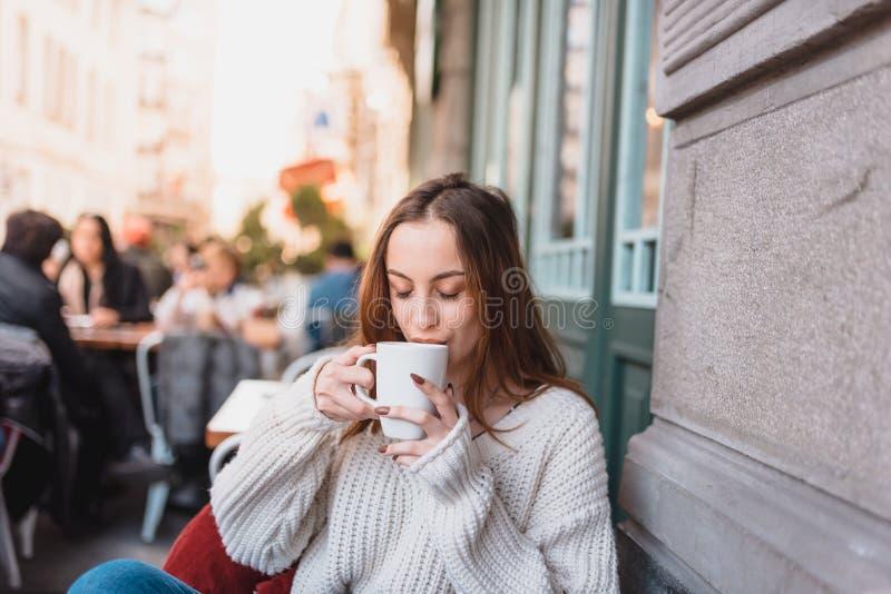 H?rlig ung flicka i utomhus- kaf?drinkkaffe royaltyfri foto