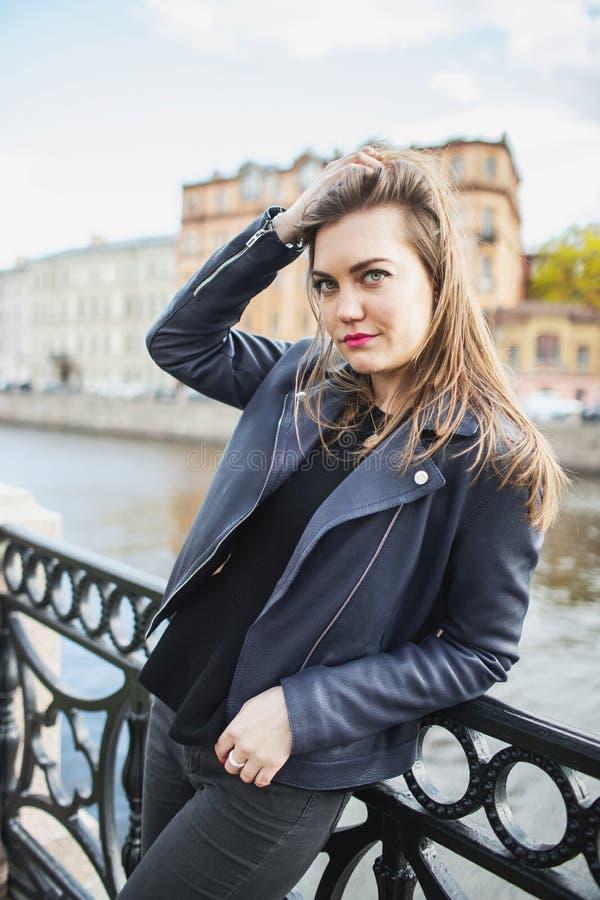 H?rlig ung flicka som poserar i bakgrunden av den gamla staden royaltyfri foto