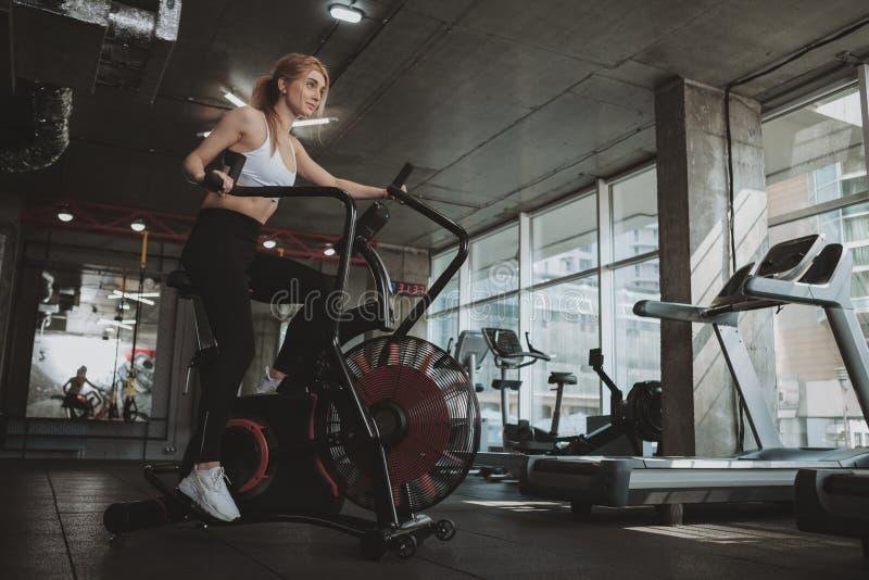 H?rlig ung konditionkvinna som utarbetar p? idrottshallen fotografering för bildbyråer