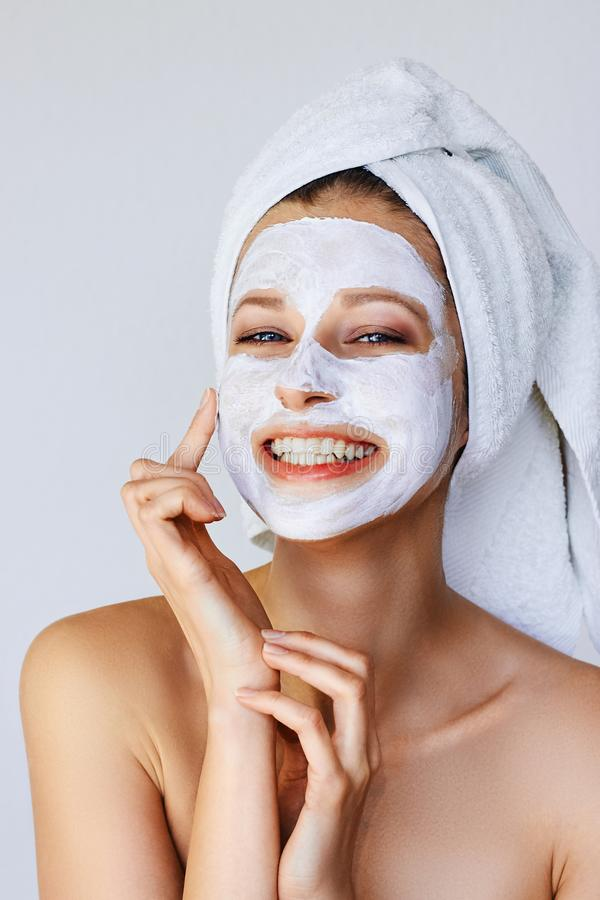 H?rlig ung kvinna som applicerar den ansikts- maskeringen p? hennes framsida Hudomsorg och behandling, brunnsort, naturlig sk?nhe arkivfoton