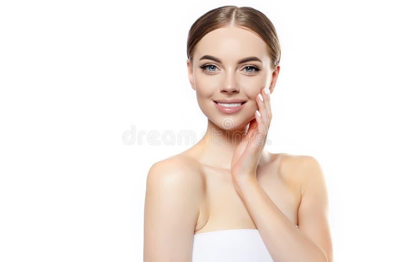 H?rlig ung kvinna som ler framsidan E Ansikts- behandling Cosmetology, sk?nhet och brunnsort arkivbilder