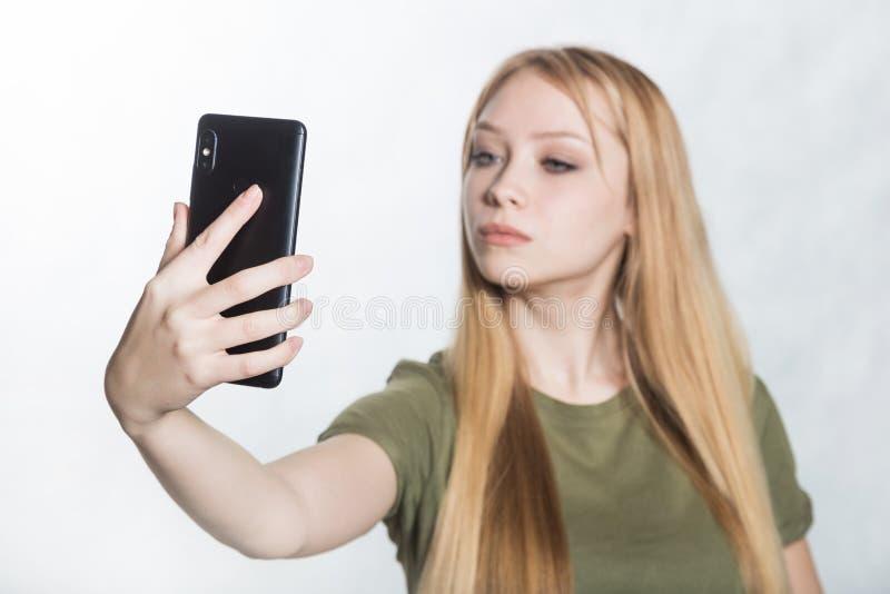 H?rlig ung kvinna som tar selfie p? smartphonen royaltyfria bilder